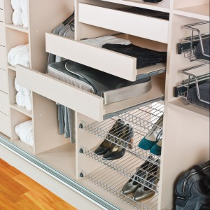System szuflad ułatwi utrzymanie porządku w szafie. Fot. Komandor