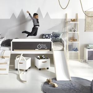 Łóżko piętrowe ze zjeżdżalnią i tablicą kredową do rysowania. Fot. Cuckooland