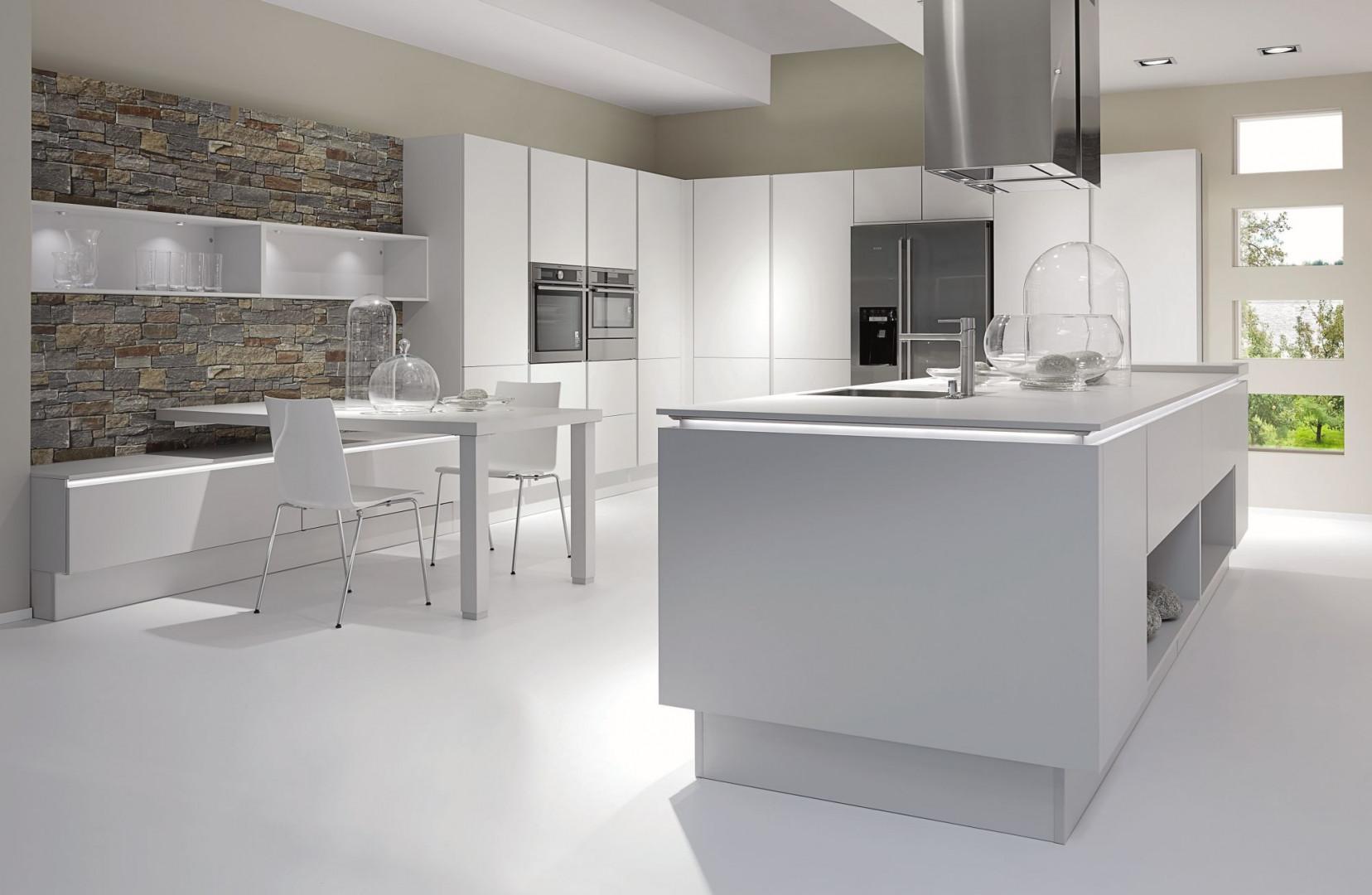 Biała kuchnia w wersji total look. Fot. Nobilia