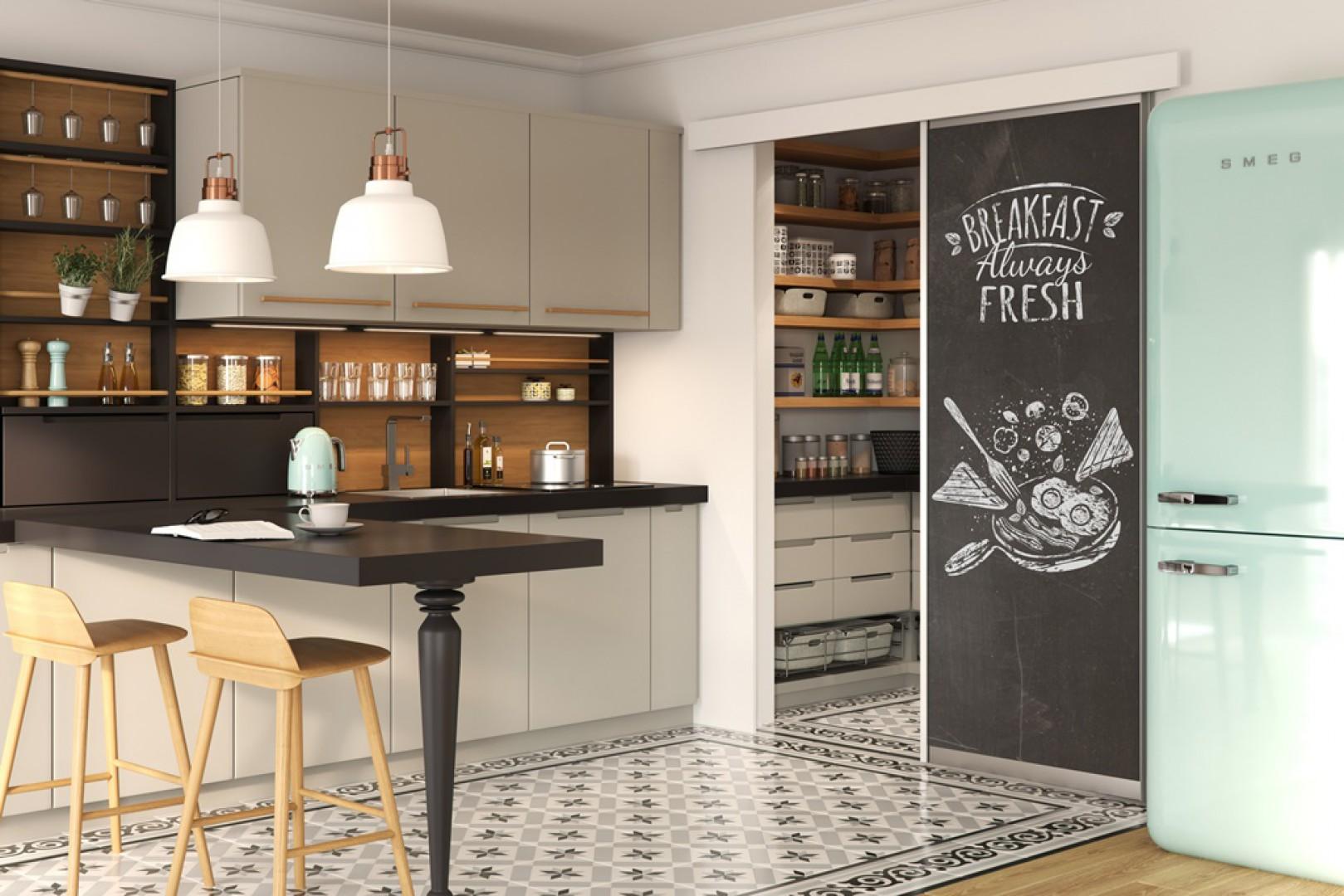 Wydzielona spiżarnia to doskonałe miejsce do przechowywania. Jeśli nie mamy tyle miejsca w kuchni, można w praktyczny sposób zagospodarować wnętrze szafek i szuflad. Fot. GTV