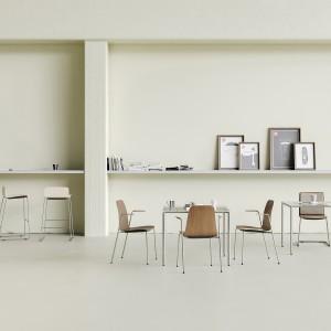 Com to nowoczesne krzesło sklejkowe zaprojektowane przez Paula Brooksa dla firmy Profim. Fot. Profim