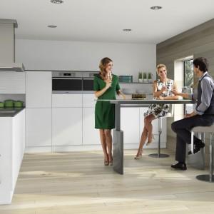 Składany stół w kuchni może zastąpić kącik jadalniany. Fot. Peka