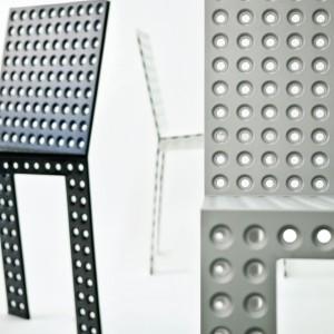 Krzesło projektu Oskara Zięty wykonane z blachy stalowej.