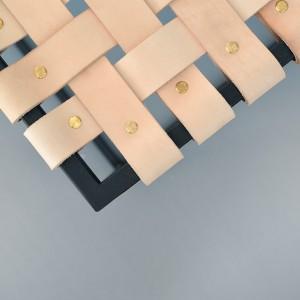 Stolik Lade to połączenie stali ze skórą. Fot. Steil