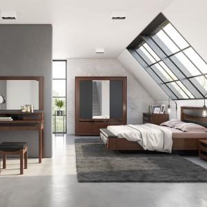 W sypialni RIva ciemne drewno połączono z grafitową szarością. Fot. Mebin