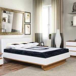 Modne połączenie bieli i drewna - sypialnia Zebra. Fot. Klose