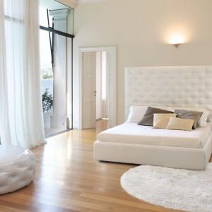 Puf do sypialni dopasowany kolorystycznie i stylistycznie do łóżka Wing. Fot. Bonaldo