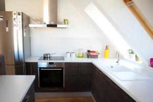 Jak zaprojektować kuchnię na poddaszu? Kilka sposobów na skosy