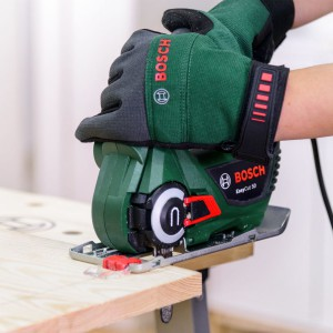 Jeśli płyty są dłuższe od wymaganych w projekcie, za pomocą piły przytnij je na długość 120 cm i 115 cm. Fot. Bosch