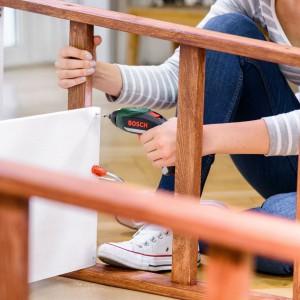 Zaznacz środkowy punkt na górnych szczeblach drabin. Umieść drążek do zasłon na górnym szczeblu i owiń go taśmą perforowaną po każdej ze stron. Fot. Bosch