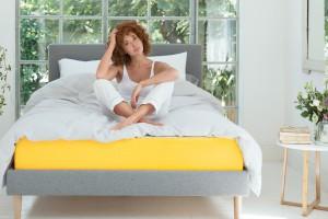 Modne łóżko: z zagłówkiem lub bez