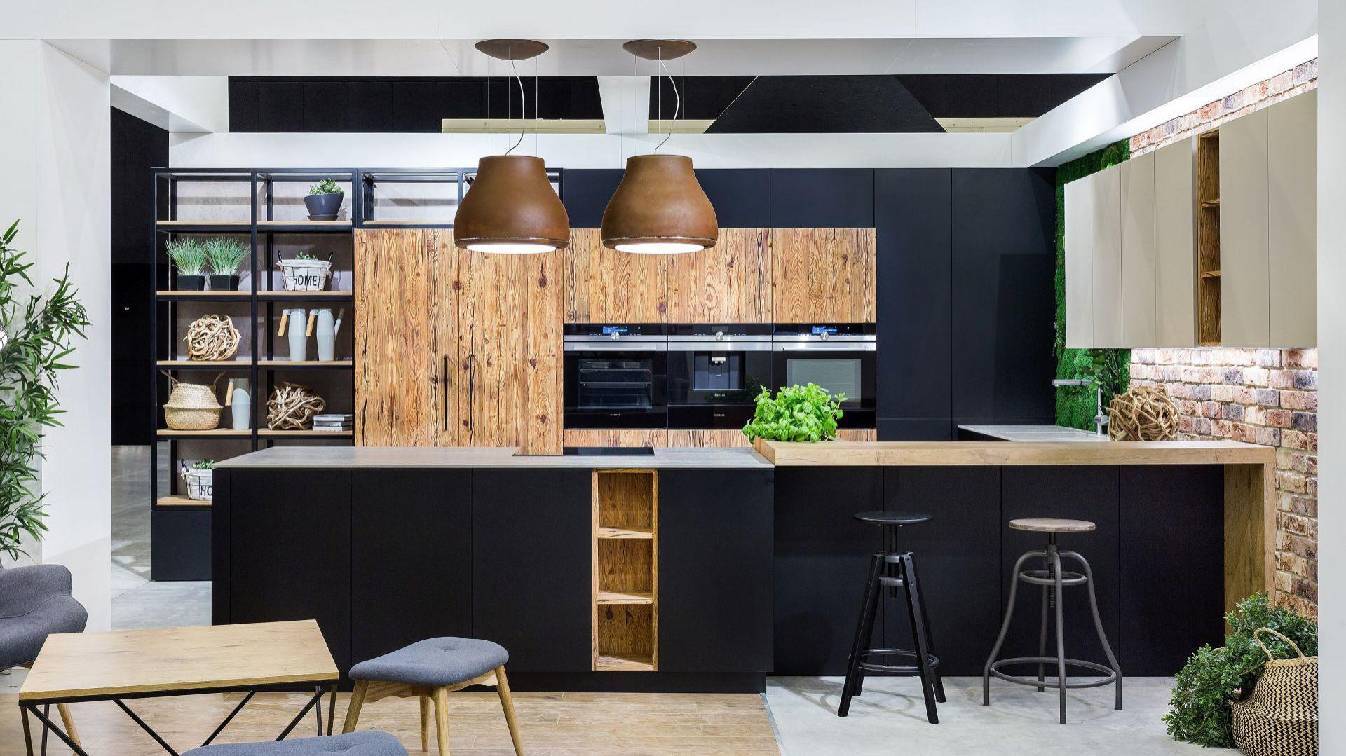 Kuchnia Josse - kolory drewna w połączeniu z czernią. Fot. Vigo