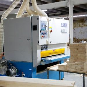 Nad jakością powierzchni drewnianych elementów meblowych czuwa w zakładzie Woodica szlifierka szerokotaśmowa marki Costa. Fot. Teknika