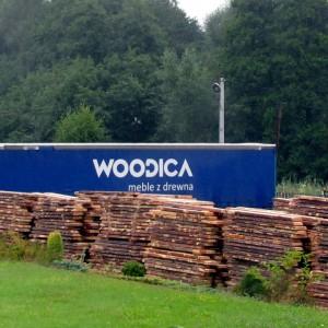 Do zakładu w Świnnej Porębie koło Krakowa przywożone są dłużyce. W ten sposób producent ma pełną kontrolę nad jakością surowca.  Fot. Teknika