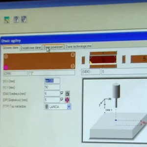 W produkcji kolekcji z drewna litego z powodzeniem wykorzystuje się nowoczesne technologie, w tym sterowane komputerowo maszyny. Fot. Teknika