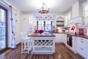 Kuchnia w wiejskim stylu - ciepła, przytulna i swojska