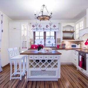 Rustykalną białą kuchnię można ożywić dodatkami. Fot. Studio Max Kuchnie A&K