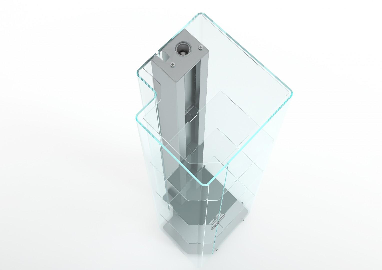 Witryna Solo marki Glass Italia łączy szkło z elementami metalowymi. Fot. Glass Italia