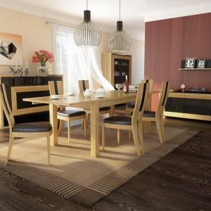W kolekcji mebli Corino połączono lite drewno dębowe, naturalna, okleinę dębową, czarne szkło oraz tkaninę obiciową. Fot. Mebin