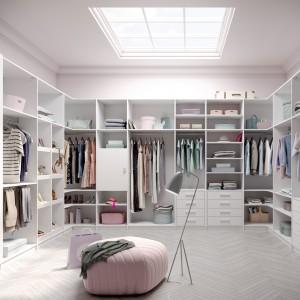 Garderoba Ecoline w przestronnym wnętrzu. Fot. Raumplus
