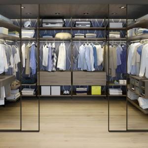 Garderoba oddzielona drzwiami przesuwnymi. Fot. Raumplus