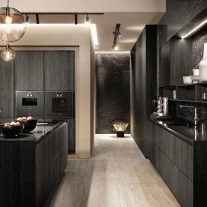 Ciemna kuchnia w stylu glamour. Fot. SieMatic