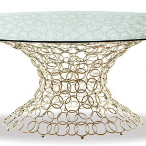 Stół na tak misternej podstawie stworzy artystyczny klimat w salonie. Fot. Galeria Heban