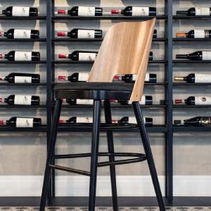 Oryginalny regał na wino LoftDecora i krzesło marki Paged – w restauracji Śródmieście w Bydgoszczy. Fot. Marta Pawłowska