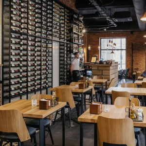 Wnętrze bydgoskiej restauracji Śródmieście – ze stołami marki LoftDecora i krzesłami Pagedu. Fot. Marta Pawłowska