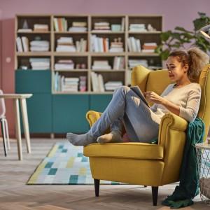 Fotel Strandmon mimo tradycyjnych kształtów pasuje również do nowoczesnego wnętrza. Fot. IKEA
