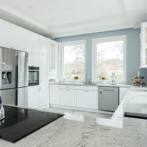 Szaro-biała kuchnia. Fot. Studio Max Kuchnie/ Kome