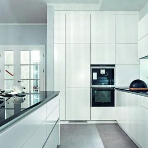 Biel i bezuchwytowe fronty to sposób na efektowny wygląd kuchni. Fot. Studio Max Kuchnie