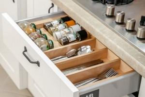 Jak zapewnić porządek w kuchni? Pokazujemy kilka praktycznych rozwiązań