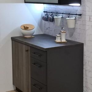Ulubione kubki mogą być w zasięgu Twojej ręki, a mocowanie relingu przy kuchence to prosty sposób na dostęp do naczyń. Fot. Gamet