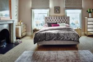 Elegancka sypialnia z meblami w stylu glamour
