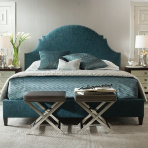 Łóżko w niebieskim kolorze. Fot. Open Space interiors