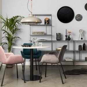 Kolorowe krzesła marki Zuiver. Fot. Dutchhouse