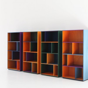 """System """"Modern"""" firmy Porro (projekt: Pier Lissoni) bazuje na geometrycznych modułach dostępnych w sześciu kolorach, przez które widoczny jest rysunek drewna. Fot. Porro"""