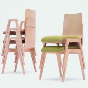 Dostępne są również krzesła, które mają wyłącznie tapicerowane siedzisko. Fot. Paged