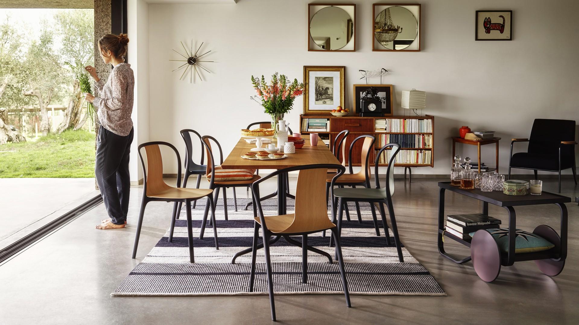 Krzesła z serii Belleville Chair Wood firmy Vitra. Projekt: Ronan & Erwan Bouroullec. Fot. Vitra
