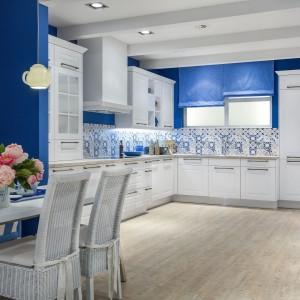 Płytki z niebieskimi wzorami świetnie komponują się z białymi meblami kuchennymi. Fot. Studio Max Kuchnie/ Eltop - meble Verle Kuchen