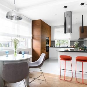 Nowoczesna kuchnia z akcentami drewna, koloru i chłodnej stali. Projekt: MM Architekci