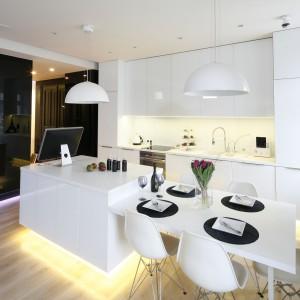 Warto zadbać o to, by stół i meble kuchenne stanowiły jedną całość kolorystyczną. Projekt Małgorzata Muc, Joanna Scott. Fot. Bartosz Jarosz