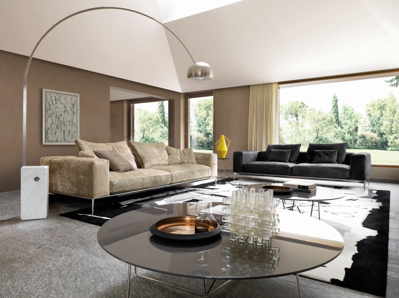 Dwie kanapy, ogromna stojąca lampa, stoliki kawowe o dużych powierzchniach... W dużym salonie można na wiele sobie pozwolić. Fot. Desiree