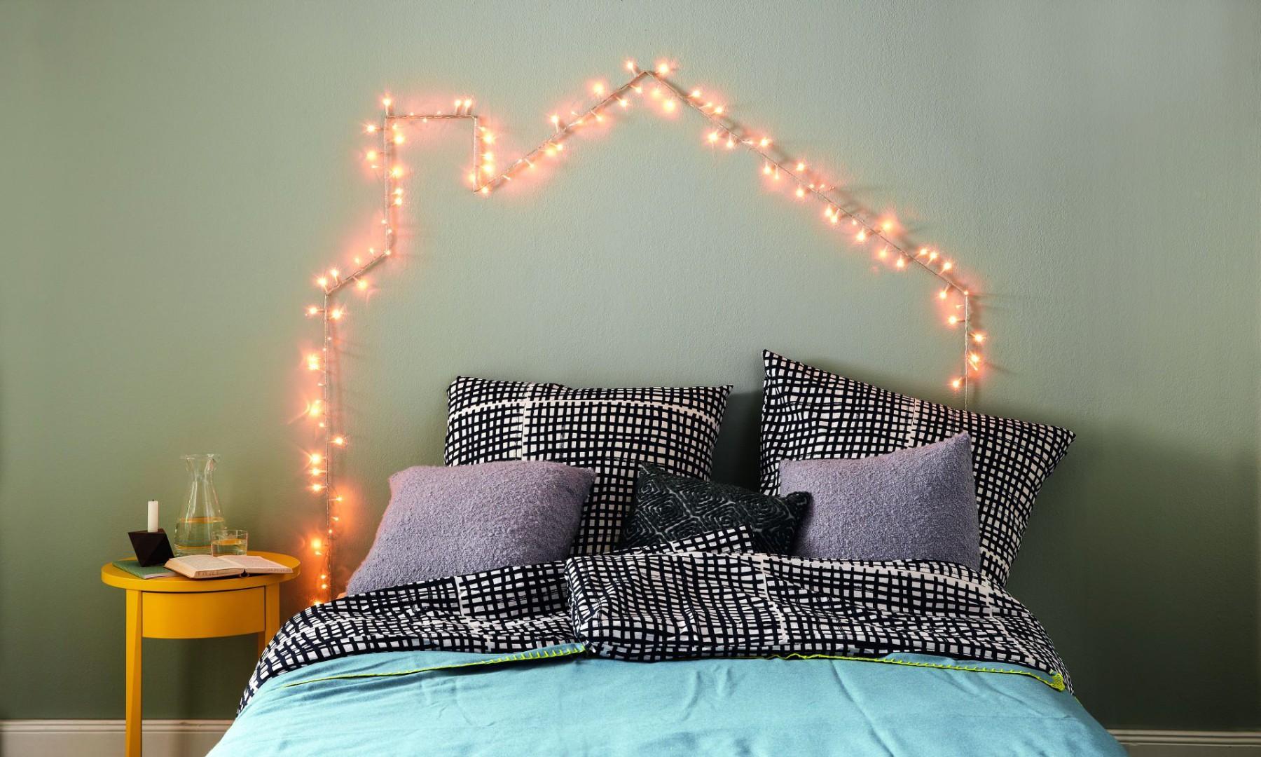 Jeśli szukasz pomysłu na zagłówek łóżka, pomyśl o zastąpieniu go oświetleniem z lampek. Fot. Bosch
