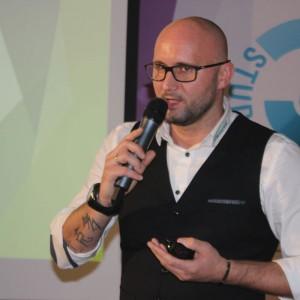 Kuba Lepieszkiewicz, przedstawiciel firmy Holz Tusche.