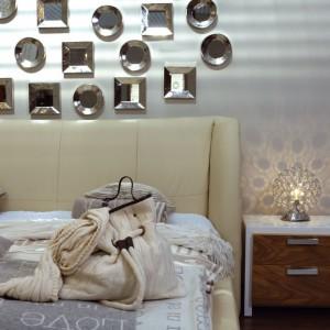 Uzupełnieniem przytulnej aranżacji są miękkie koce, narzuty i lampki. Fot. Gamet