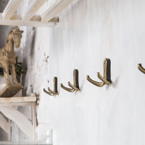 Zastosowanie wieszaków w stylu rustykalnym ociepli każde wnętrze. Fot. Gamet