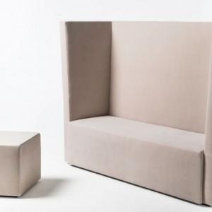 Dwuosobowa sofa i puf z kolekcji