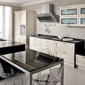Biel i czerń w kuchni, w której nowoczesność łączy się z lekko stylizowanym lookiem. Fot. Lube